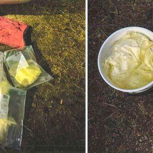 Vasemmalla kätköstä löytyneessä kanoottisäkissä oli 8 kappaletta noin 2 kg painosia vakuumipusseja, joiden epäillään sisältävän amfetamiinia. Oikealla,  Kärrintien läheisyydessä ollut ämpärikätkö (ämpäri 1), jossa oli kolme kappaletta vakuumipakkauksia, joiden epäillään sisältävän amfetamiinia.
