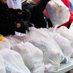 Valmiiksi pakattuja ruokakasseja Haagan seurakunnan ruokajakelussa.