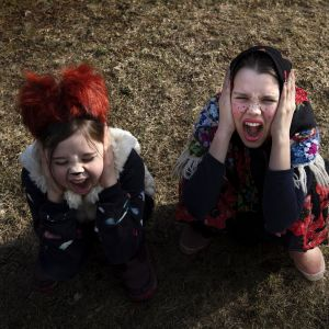 Ketuksi ja pääsiäisnoidaksi pukeutuneet lapset.