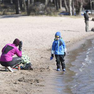 Aurinkoinen sää houkutteli ulkoilijoita rantaan.