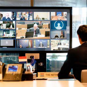 Wopke Hoekstra videokonferenssissaan EU: n valtiovarainministerien kanssa Haagissa, Hollannissa, 7. huhtikuuta 2020,