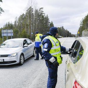 Poliisi tarkastaa autoilijoita Uudenmaan rajalla.