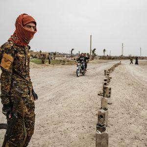 Sotilas seisoo vartiossa Syyriassa.