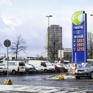 Polttoaineen hintoja Sörnäisten Neste huoltoasemalla Helsingissä huhtikuun alussa. Bensiini on halventunut viime aikoina tuntuvasti.