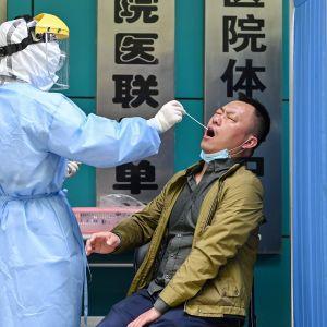 Koronavirustestausta Kiinan Wuhanissa.