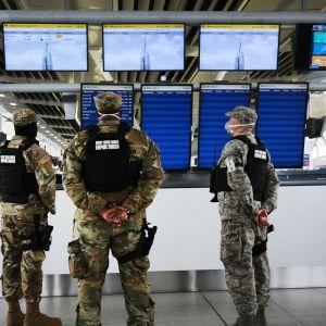 Armeijan sotilaita partioimassa lähes tyhjällä John F. Kennedyn lentoasemalla, New Yorkissa 16. huhtikuuta.