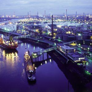 Öljytankkereita Hampurin öljysatamassa.