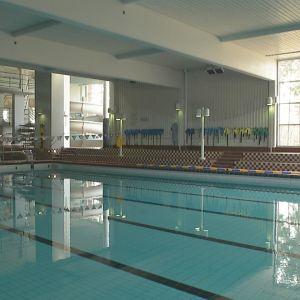 Uimarit pääsevät virkistysuimala Vesikon altaisiin Joensuussa, kun hallitus purkaa liikuntapaikkoja koskevat koronarajoitukset.