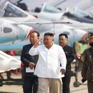 Pohjois-Korean virallisen uutistoimiston KCNA:n 12. huhtikuuta julkaisema kuva Kim Jong-unista tarkastamassa ilmavoimien yksikköä.