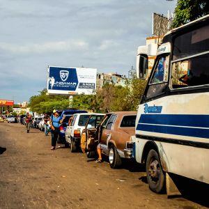 Autot jonottavat bensa-asemalle.