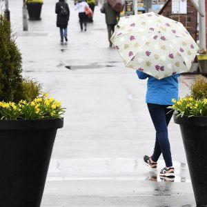 Kuvassa on sateinen Kauppatori Helsingissä pääsiäissunnuntaina.