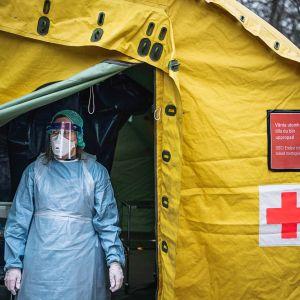 Hoitaja odotti potilaita Sophiahemmetin sairaalan edustalle pystytetyssä testausteltassa Tukholmassa 7. huhtikuuta.