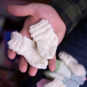 vauvan pienet sukat aikuisen kämmenellä