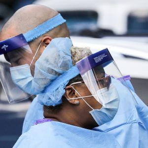Terveydenhoitohenkilökuntaa New Yorkissa 7. toukokuuta.