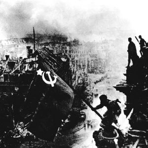 Venäläinen sotilas Meliton Kantarija nostaa punaisen lipun Reichstagissa Toisessa maailmansodassa.