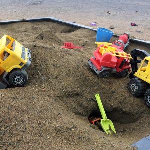 Lasten leluja hiekkalaatikolla