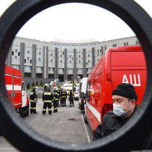 Pelastustyöntekijöitä Pyhän Yrjön sairaalan edustalla Pietarissa.