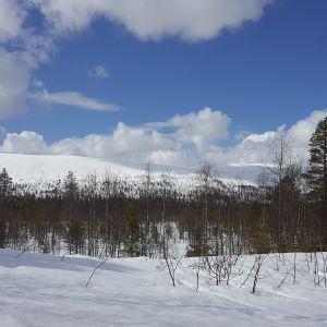 Luminen maisema Aakenustunturista Kittilästä.