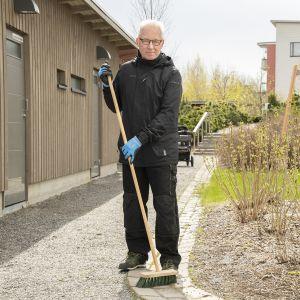 Kurt Lindberg tekee keikkatöinä pihatöitä ja siivousta sekä pystyttää ja purkaa messukoppeja.