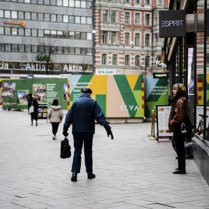 Vanhus kävelee kadulla.