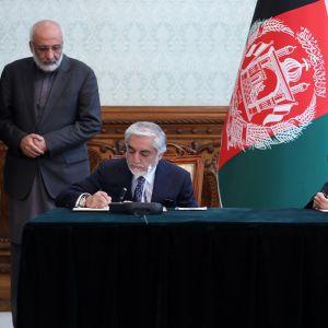 Afganistanin presidentti Ashraf Ghani ja hänen kilpailijansa Abdullah Abdullah allekirjoittavat vallanjakosopimuksen.
