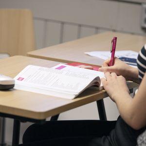 nainen opiskelee luokassa