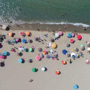 Ilmakuva ihmisist' uimarannalla.