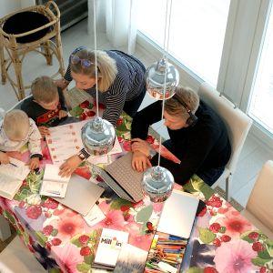 Posion perhe ruokapöydän ääressä.