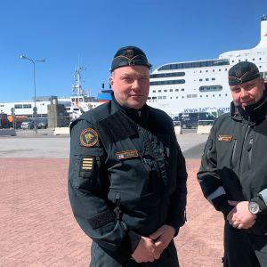 Reino Aatsinki (vas.) ja Jani Tiihonen neuvovat rajanylittäjiä Tallinnan satamassa.