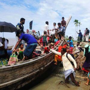 Kuvassa evakuoidaan ihmisiä Bangladeshissa.