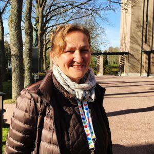 Kuvassa on Hietaniemen hautausmaan ylipuutarhuri Marja Varjoniemi.