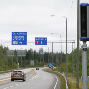 Nopeusvalvontakamera Porvoosta Kouvolaan menevän tien varrella.