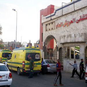 Ambuölansseja sairaalan edustalla Egyptissä.