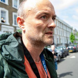 Pääministerin erityisavustaja Dominic Cummings lähdössä kotoaan Lontoossa sunnuntaina.