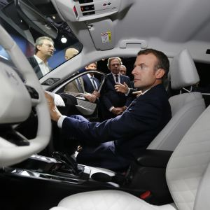 Ranskan presidentti Emmanuel Macron vierailulla Peugeot-Citroënin autotehtaalla