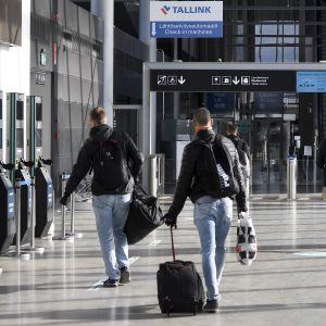 matkustajia terminaalissa