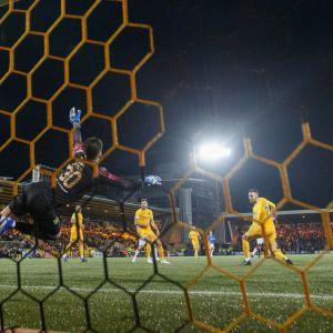 Glen Kamara laukoo pallon Livingstonin verkkoon.