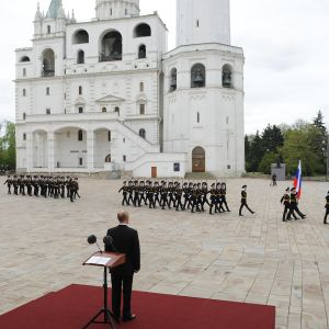 Kuvassa Vladimir Putin seuraa voitonpäivän paraatia.