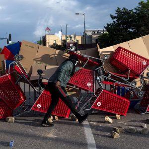 Mielenosoittajien rakentama barrikadi Minneapolisissa 27. toukokuuta.