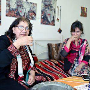 Yousra Alasaad ja Nafisa Yeasmin nauttivat arabiankahvia.