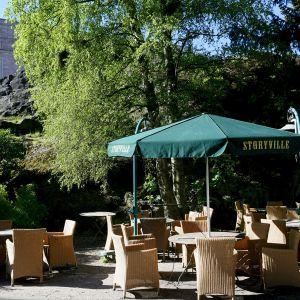 Storyvillen terassilla on tuolit ja aurinkovarjot valmiina ravintoloiden koronaviruspandemian rajoitusten lieventymiseen Helsingissä.