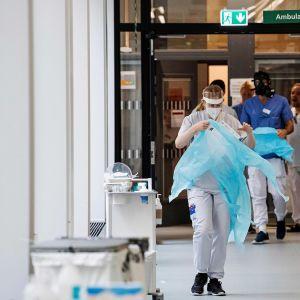 Terveydenhoitohenkilökunta pukeutui suojavarusteisiin Tukholman lähellä toukokuun puolivälissä.