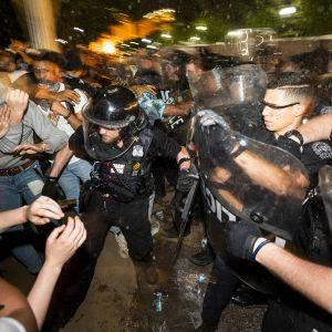 Mielenosoittajia ja poliiseja Washingtonissa.