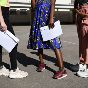 Koululaiset hakivat todistuksensa Helsingissä 30. toukokuuta.