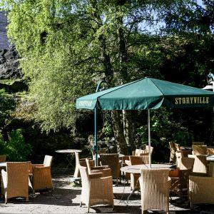 Storyvillen terassilla on tuolit ja aurinkovarjot valmiina ravintoloiden koronaviruspandemian rajoitusten lieventymiseen.
