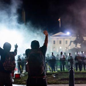 Mielenosoittajia ja mellakkapoliiseja Valkoisen talon edustalla