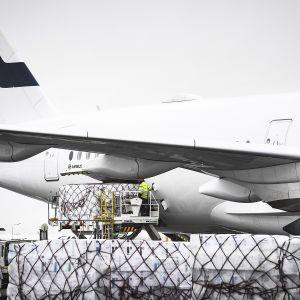 Huoltovarmuuskeskuksen tilaamia koronaviruksen leviämisen ehkäisemiseen tarkoitettuja suojavarusteita kuljettava rahtikone Helsinki-Vantaan lentokentällä Vantaalla 15. huhtikuuta