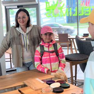Magdalena Simola (vas.) ja tyttäret Kaja Simola ja Lena Simola valitsivat uutta keittiönpöytää Tallinnassa maanantaina.