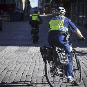 Polkupyöräpoliisi Helsingin keskustassa 30. toukokuuta.