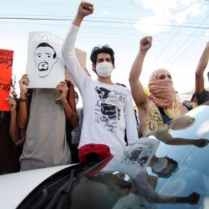 Kuvassa osoitetaan mieltä Meksikon Guadalajarassa.